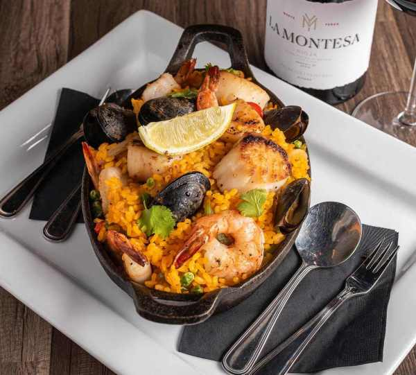 picture of seafood paella